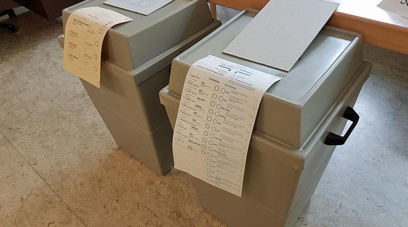 Wahlurnen in einem Völklinger Wahllokal (Foto: Hell)