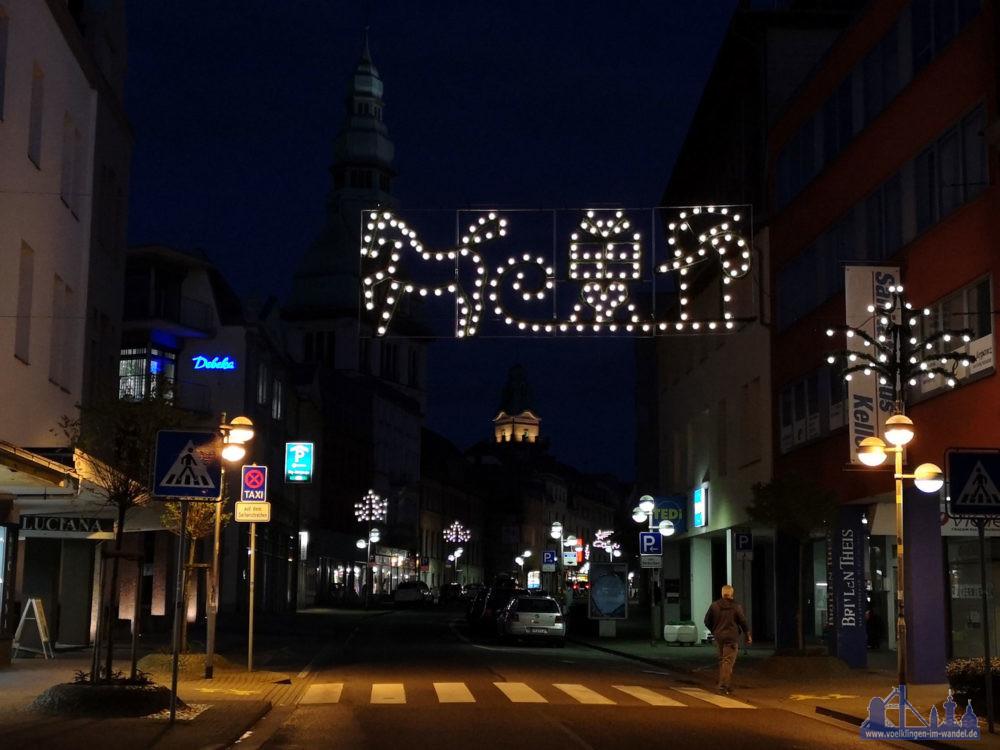 Die Rathausstraße zu später Stunde: Lichter hübschen die Innenstadt merklich auf (Foto: Hell)