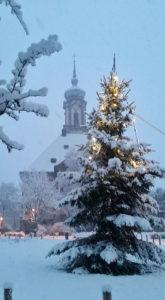 Vor der Versöhnungskirche steht ein Weihnachtsbaum (Leserfoto)