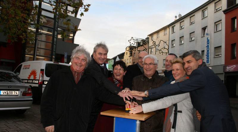 Völklingens Oberbürgermeister Klaus Lorig schaltete die diesjährige Weihnachtsbeleuchtung für Völklingen ein. (Foto: Stadt)