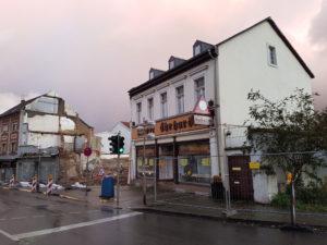 """Das """"Weisse Haus"""" (rechts) wird wohl schon am Montag fallen (Foto: Hell)"""
