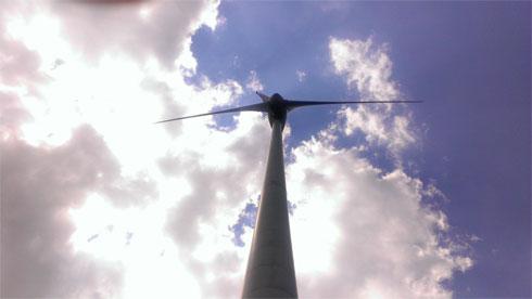 Windräder die in den Himmel ragen (Leserfoto)