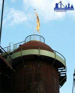 Einer von 18: ein Cowper Winderhitzer im Völklinger Hüttenwerk, nun trägt er nur noch die Fahne der Unesco