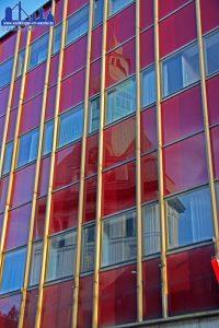 Diese Fassade ist Geschichte, seit sich das Glas aus der verrotteten Verankerung löste und für Gefahr sorgte (Foto: Hell)