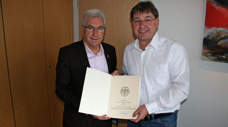 Zuwendungsbescheid über 50.000 Euro: Oberbürgermeister Klaus Lorig mit dem Leiter der EDV bei der Stadt Völklingen, Dr. Martin Alt